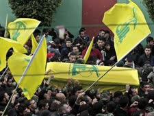 תומכי חיזבאללה בבירות נושאים את ארונו של ג'יהאד מורנייה בנו של עימאד מורנייה, שנהרג בצד הסורי של רמת הגולן, 19 בינואר 2015 [צילום: AP]