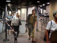 נכנסים לתחנה מרכזית בירושלים [צילום: פלאש 90]