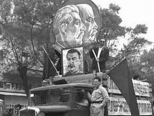 """משאית ועליה מתנוססות דמויותיהם של לנין וסטאלין הקומוניסטים, 1949  [צילום: פין הנס/לע""""מ]"""