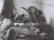 """פצועים של ההגנה ברובע היהודי [צילום: פרנק שרשל/לע""""מ]"""