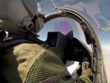 טייס צרפתי בדרך לתקיפה בעירק [צילום: AP]