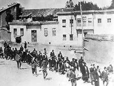 חיילים טורקים מובילים שיירת ארמנים אל מותם