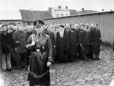 איש גסטפו ומאחוריו קבוצת יהודים