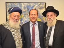 ראש עיריית ירושלים בתווך בין הרבנים [צילום: ג'קי לוי]