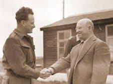 "אדוארד ג'ייקובסון עם יגאל אלון [צילום: הוגו מנדלסון/לע""מ]"