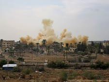 עשן מיתמר מבית שפוצץ על-ידי כוחות הביטחון המצריים במסגרת פעילותם לייצר אזור מפורז בקו הגבול הדרומי של עזה, 2 בנובמבר 2014 [צילום: AP]