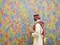 גבר סעודי צופה ביצירת אמנות להנצחת 11 בספטמבר [צילום: נביל עמר/AP]