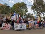 הפגנה מול ביתו של יצחק תשובה [צילום: שומרי מישור החוף]