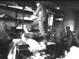 חיילים גרמנים בוזזים חנות יוונית [צילום: בונדסארכיב]