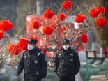 שוטרים סינים שומרים על הסגר [צילום: מארק שייפלביין/AP]