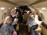 נוסעי הדיימונד פרינסס על המטוס [צילום: משרד החוץ]