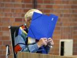 שומר בזקסנהאוזן בבית המשפט [צילום: מרקוס שרייבר, AP]