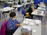 הכנת מעטפות הצבעה בדואר, ניו-ג'רזי [צילום: סת' ווניג, AP]