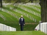 ביידן בבית הקברות ארלינגטון [צילום: אנדרו הרניק, AP]