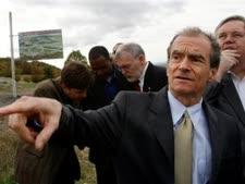 עוזר מזכירת המדינה האמריקני דניאל פריד מבקר במעבר גבול ליד כפר גיאורגי [AP]