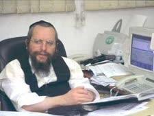 """הרב אלימלך פירר במשרדו בבני ברק [צילום: לע""""מ]"""