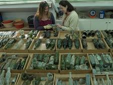בחינת בקבוקי הזכוכית במעבדת רשות העתיקות [צילום: קלרה עמית, באדיבות רשות העתיקות.]