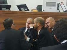 שמחוני (ראשון מימין) ואדרת (שלישי מימין) במשפט ליברמן