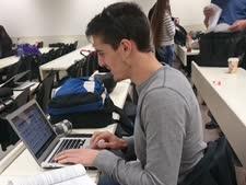 : גל ברק במהלך אחד השיעורים בבית הספר למשפטים [צילום: מרכז אקדמי כרמל]