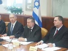 """על כיסא ממשלתו. ישראל כ""""ץ, אביחי מנדלבליט ובנימין נתניהו"""