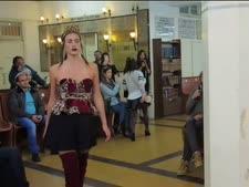 דוגמנית בלבוש חושפני בבית הכנסת [צילום: יוטיוב]
