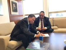 """ח""""כ יגאל גואטה חותם על מכתב ההתפטרות [צילום: דוברות הכנסת]"""