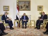 אווירה צוננת. מימין: שר החוץ של מצרים סאמח שוקרי, נשיא מצרים עבד אל-פתאח אל-סיסי, ומזכיר המדינה האמריקני ג'ון קרי [צילום: Brendan Smialowski/Pool Photo via AP]