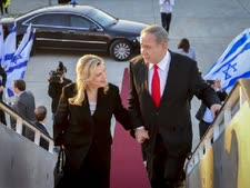 """הזוג נתניהו עולים למטוס [צילום ארכיון: קובי גדעון/לע""""מ]"""