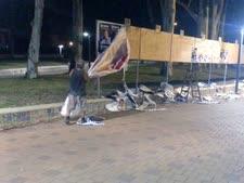 """ניידת """"סיור המושבה"""" מורידה שלטי בחירות לפנות בוקר  [צילום: אדם אוחיון]"""
