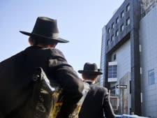 צעירים יהודים מחוץ למוזיאון הילדים היהודי שפונה בשל התרעה על פצצה, ברוקלין ניו יורק [צילום: בבטו מאתיוס/AP]