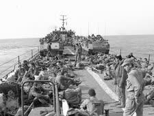 כוח מחטיבת הצנחנים על נחתת עם טנקים, לקראת הנחיתה ליד שפך האוולי [צילום: מיקי צרפתי/במחנה]