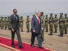 נתניהו סוקר משמר כבוד ברואנדה [צילום: AP]