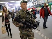 אבטחה קפדנית בשדה התעופה שארל דה-גול [צילום: AP]