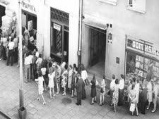 """תור לקניית נייר טואלט. מראה נפוץ בפולין של """"כלכלת המחסור"""" בשנות השבעים והשמונים"""