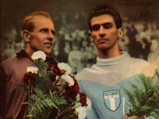 אמיל זטופק (משמאל) עם מתמודד נוסף, לאחר מרתון הגברים של אולימפיאדת הלסינקי (1952)