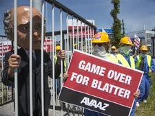 """הפגנה להתפטרות נשיא פיפ""""א ספ בלטר [צילום: ג'יאן ויטל/AP]"""