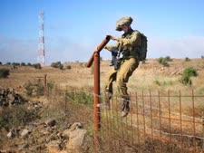 """חייל צה""""ל בגבול סוריה ברמת הגולן [צילום: AP]"""