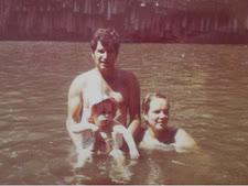בני גרנות עם רעייתו אילנה והבת אורית [צילום: באדיבות המשפחה]