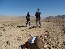 מטיילים בשביל ישראל במכתש הקטן [צילום: דב גרינבלט, החברה להגנת הטבע]