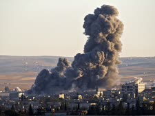 עשן מיתמר מעל עמדה של ארגון המדינה האיסלאמית שהופצצה [צילום: AP]
