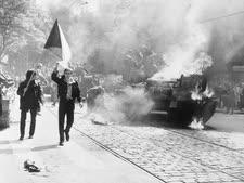 הפלישה הסובייטית לצ'כוסלובקיה, צ'כים נושאים את דגל המדינה ליד טנק בוער בפראג