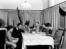 """משפחה ממושב נהלל בביתם, 1938  [צילום: זולטן קלוגר/לע""""מ]"""
