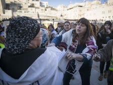עימות בין נשות הכותל לאחת המתפללות [צילום ארכיון: הדס פרוש/פלאש 90]