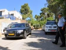 מכוניתו של אולמרט חונה מחוץ לביתו במוצא [צילום: פלאש 90]