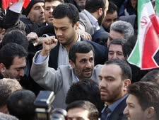 אחמדינג'אד בכיכר במרכז טהרן [צילום: AP]