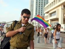 שמאל, ימין, שמאל. חייל במדים במצעד הגאווה האחרון בתל אביב [צילום: פלאש 90]
