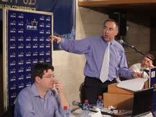 """אייל גבאי ואופיר אקוניס בכינוס ירושלים, היום [צילום: יח""""צ]"""