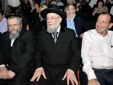 רון חולדאי, הרב ישראל מאיר לאו והרב אלימלך פירר [צילום: וי פי אר]