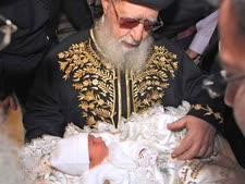 הרב עובדיה יוסף משמש כסנדק בברית [צילום: פלאש 90]