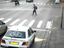 רכב שנכנס לנתיב תחבורה ציבורית. המשטרה כמעט אינה נוקפת אצבע